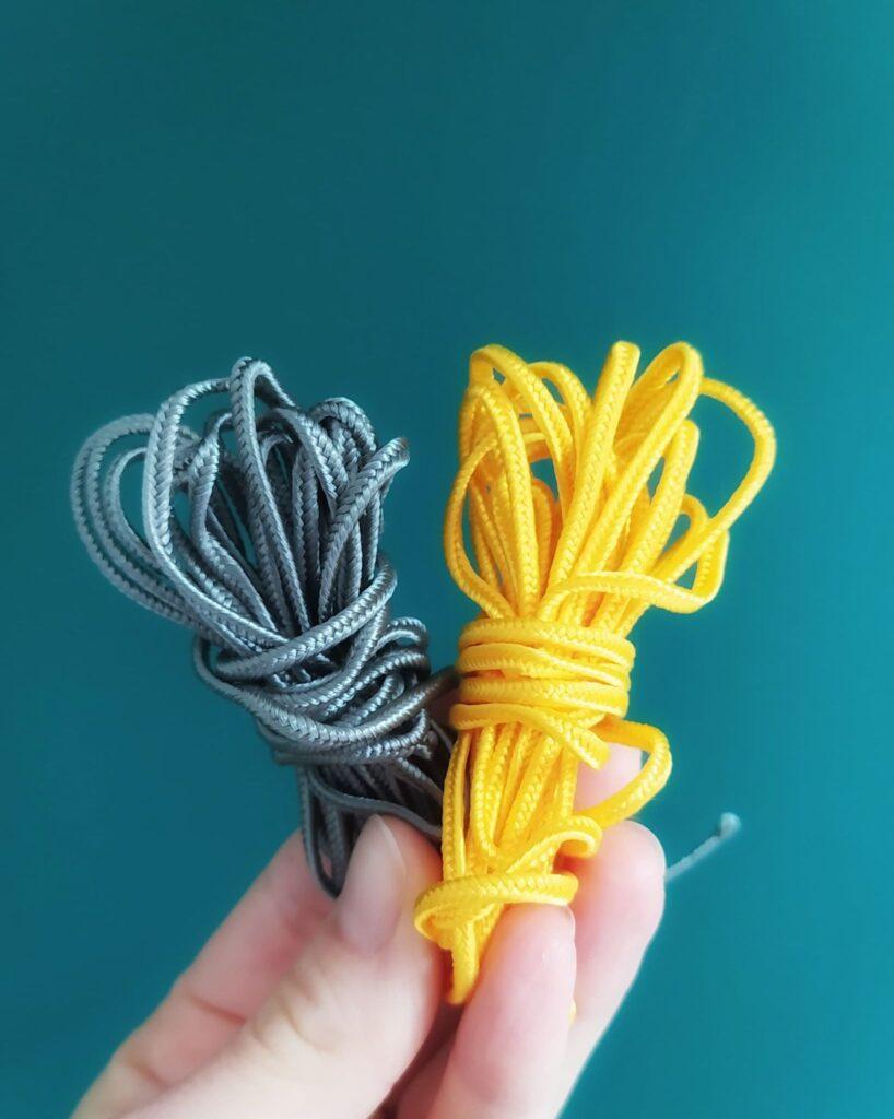 sznurki sutasz szary i zółty