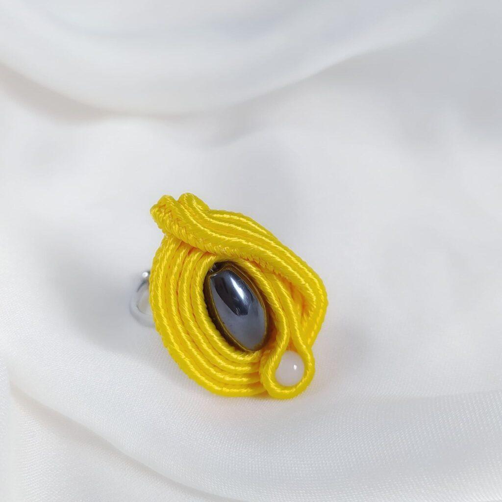 Zółty pierścień z hematytem